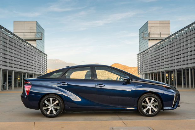 2016 toyota fuel cell vehicle 028