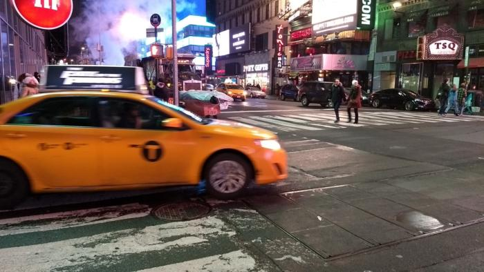 taxi driving by in new york moto g5 plus
