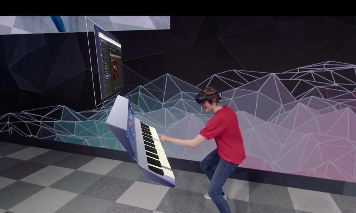 Microsoft HoloLens 2 piano